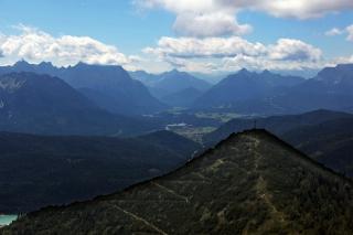 Der Martinskopf<br>Weniger hoch als der Herzogstand, dafür auch weniger voll. Mit Blick Richtung Karwendelgebirge.