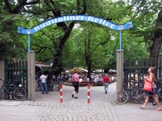 """Unser erster gemeinsamer Biergartenbesuch<br>Der """"Augustiner"""", relativ zentral an der Hackerbrücke"""