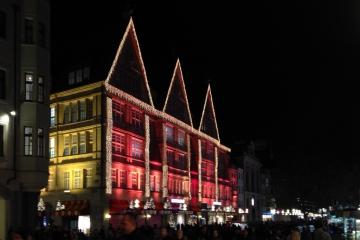 Weihnachtsbeleuchtung<br>Ja, das erste Kaufhaus am Platz muss schon ordentlich auffahren. Man hat ja einen Ruf zu verlieren.