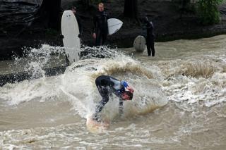 Wellenreiten im Eisbach