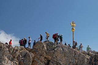Gipfel(an)sturm<br>Wundert mich fast, dass das Gipfelkreuz nicht wegen Überfüllung geschlossen wurde. Dieses Bild habe ich vornehmlich wegen der küssenden Bergsteiger mit in den Artikel aufgenommen. Denen gönne ich den Gipfelerfolg.