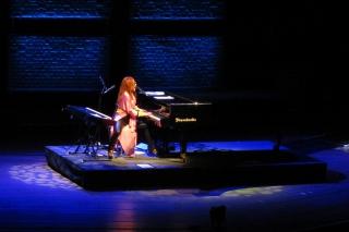Tori-Style...<br>Also mein Klavierlehrer hätte mich seinerzeit vermutlich gehauen, wenn ich so auf dem Klavierhocker rumgehampelt wäre wie sie.