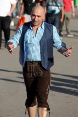 Integriert?<br>Ja, super! Toller Ansatz! Nur sollte dem Herrn mal jemand sagen, dass die Lederhose nicht zum traditionellen württembergischen Kleidungsstil gehört.