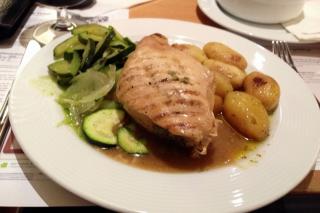Essen bei der Bahn<br>Erstaunlich, aber heutzutage kann man das Essen im Speisewagen sogar genießen. Aber Fotos machen, ist bei dem Gewackel auf der Strecke Augsburg-Ulm leider kaum möglich.