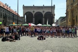 Mein erster Flashmob<br>Man trotzt der Hitze und schwingt die Hüften zu Michael Jackson's 'Beat it'
