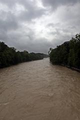 Ganz schön dreckig<br>Ich habe die Isar bisher noch nie mit derart viel Wasser gesehen. Eigentlich geht's im Flussbett eher beschaulich zu.