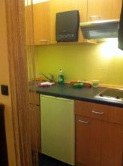 Die Küche<br>Kein Luxus, dafür aber mit Platz, recht neuen Gerätschaften und vor allem passen die Möbel zusammen