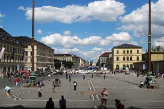 Der Odeonsplatz<br>Die Topographie in München hat auch Vorteile - beispielsweise einen endlos langen Blick in die Ferne