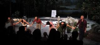 Im Theater<br>Bekommt man heutzutage manch surreales Stück vorgesetzt