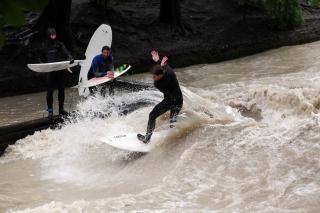 Wellenreiten im Eisbach<br>Ganz klar, die Herren sind die Profiteure des vielen Regens der vergangenen Tage