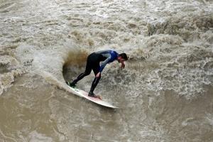 Wellenreiten im Eisbach<br>Wer bei miesem Wetter reitet, muss nicht so lange anstehen