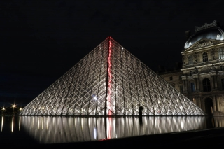 Einmal Louvre bitte<br>Auch eine jener Sehenswürdigkeiten, die im Dunkeln besser aussehen.